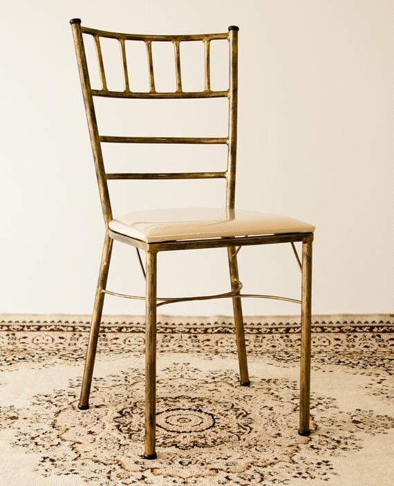 Muito Cadeira Tiffany dourada envelhecida ferro | Presença Locações UM05